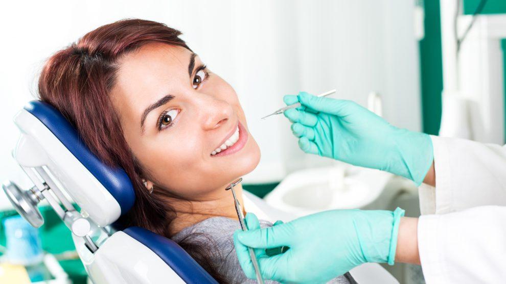 Kobieta podczas zabiegu na zęby
